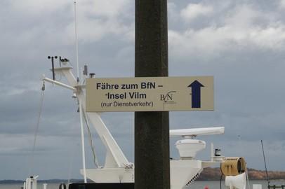 """Die Tagung """"Best-practise in den deutschen Biosphärenreservaten"""" auf der Insel Vilm in der Ostsee bot Gelegenheit bundesweit angereistem Publikum unser Naturschutzgroßprojekt vorzustellen. Auf dem Bilds ist aber nur ein Hinweisschild zur INA auf der Ins"""