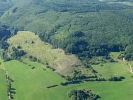 Luftansicht der Wacholderheiden in der Wiesenthaler Schweiz nach Rodung der Nadelgehölze am Rückenschloss und der Auflichtung der Wacholderbestände