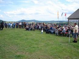 Publikum des 1. Naturschutzgroßprojektfestes bei der Siegerehrung vom Leistungshüten