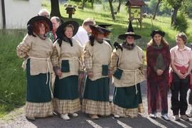 Die Fischbacher Frauen nahmen den Anlass beim Wort und verkleideten sich als rustikale Hexen.