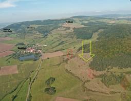Das Schrägluftbild zeigt einen Ausschnitt der Wacholderheiden vom Südhang der Kleinen Geba, mit Pfeilen sind die Bereiche gekennzeichnet, in denen Kiefern bzw. Verbuschungen entfernt wurden.