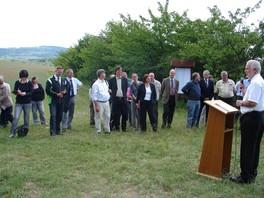 Die geladenen Gäste haben sich um das Rednerpult gruppiert, woran Minister Reinholz steht und eine Ansprache hält, u.a. gibt er an, stolz darauf zu sein, dass der 1. Schutzacker Thüringens in der Rhön eingeweiht werden kann.