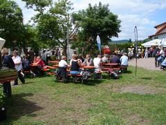 Ein Teil der Besucher verweilte im Garten des Schullandheimes, aß und trank etwas und unterhielt sich mit anderen Gästen.