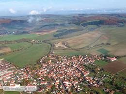Schrägbildluftaufnahme mit Blick auf Kaltensundheim, dem Sitz des LPV Rhön (KG5)