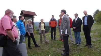 und anschließend führte die Route zum Kolben bei Fischbach. Hier wurde Frau Jessel vom Landrat R. Krebs empfangen. V.l. W. Beck (LPV Rhön), Herr K.F. Abe (TH-Leiter BR Rhön), Herr P. Heimrich (Landrat LK SM), Frau B. Jessel (BfN-Präsidentin), Frau P.