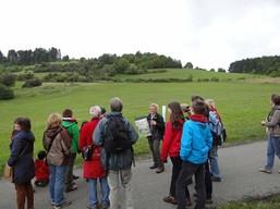 Frau Gombert verdeutlicht den Exkursionsteilnehmern der Bund Naturschutz-Kreisegruppe Coburg anhand von Schrägbildluftaufnahmen die Veränderung der Flächen durch die Maßnahmen des Naturschutzgroßprojektes.