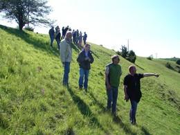 Zur Orchideenblüte im Juni, bei schönstem Wetter lud der Kreisbauernverband und die Agrarhöfe Kaltensundheim zu einem Flurspaziergang im Projektgebiet ein. Eine Gruppe der Teilnehmer steht an einem steilen Hang und diskutiert angeregt.