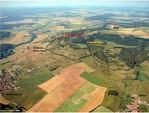 Mit einem Drachenflieger wurde bei guter Sicht das Geba-Massiv mit de dahinterliegenden Erhebungen fotografiert. Das Bild zeigt die verschiedenen Abschnitte des Biotopverbundes am Südhang der Hoheh Geba - Ziegenfläche - Weinberg.