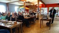 An der Infoveranstaltung `Dauerhafter Erhalt der Kulturlandschaft Rhön` auf der Hohen Geba nahmen viele Personen teil. Hier lauschen sie gerade dem Vortrag von Arno Rudoplh vom Thüringer Schafzuchtverband.