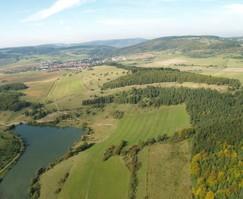 Das Bild zeigt eine Schrägbildluftaufnahme aus dem Jahr 2000. Rechts oberhalb des Sees sind Sukzessionsprozesse, überwiegend bedingt durch Wacholder und Schwarzkiefer zu beobachten. (Foto: R. Bellstedt)