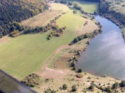 Schrägbildluftaufnahme des Grimmelbachspeichers, mit der am nördlichen Ufer gelegenen Feuchtfläche mit Resten eines Kalkflachmoors (D. Stremke, 2008)