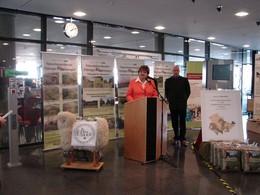 Die Präsidentin des Thüringer Landtages Birgit Diezel und der Koordinator der Thüringer Landschaftspflgevebände Gerhard Gramm-Wallner stehen am Rednerpult und eröffnen die Ausstellung der Thüringer Verbände im Foyer des Landtages. Im Bild sind die