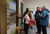 Mitarbeiter der Unteren Naturschutzbehörde diskutieren vor den Roll Ups der Wanderausstellung über das Naturschutzgroßprojekt.