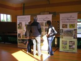 Drei Teilnehmer des 2. Thüringer Landschaftspflegetages in Nobitz bei Altenburg diskutieren vor den Roll-Ups unseres Verbandes.
