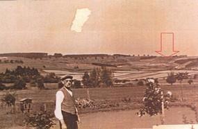Eine alte Fotografie von 1952 zeigt einen Mann und im Hintergrund die Hümpfershäuser Flur. Sie war von kleinteiligen Ackerflächen und einem geringen Wald und Heckenanteil geprägt. Auch die Schweinsgrube war größtenteils frei von Hecken. Markant warn