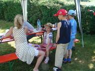 Mitarbeiter des Biosphärenreservates Rhön und Frau Döll vom Landschaftspflegeverband boten ein breites Bastelangebot für Kinder an