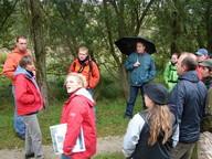 Projektmitarbeiterin Julia Gombert bei einer Exkursion ins Projektgebiet mit Studenten der Hochschule Anhalt