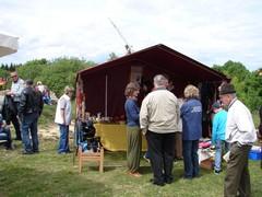 """Mehrere Leute stehen am Zelt der """"Filznadel"""" mit vielen tollen Filzprodukten - hergestellt von Frau Jäger"""