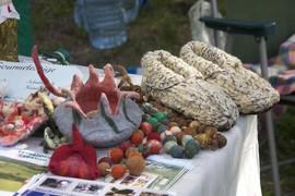 Aus Filz wurden bunte Schälchen und dekorative Kugeln angeboten, daneben fanden sich gestrickte Hausschuhe.