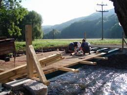 Handwerker während der Bauphase am Übertrieb über die Felda (KG 3)
