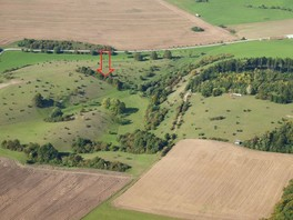 Das Bild zeigt auf einer Schrägbildluftaufnahme aus 2010 einen Überblick des Gründchens. Mit einem Pfeil wird auf den noch verbliebenen Gehölzriegel hingewiesen, der mittlerweile unterbrochen ist.