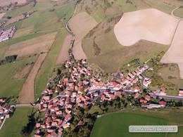 Schrägbildluftaufnahme mit Blick auf Erbenhausen und die Hangflanken der Alten Mark (KG8)