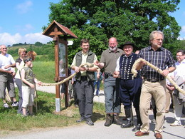 Bei der feierlichen Eröffnung des Schäferwegs durch Landrat  R. Krebs (LK WAK), W. Beck (Vorsitzender LPV), Kreisschäfermeister R. Barthelmes und Landrat R. Luther (LK SM) (v.l.) wurde eine Seil aus Schafwolle zerschnitten
