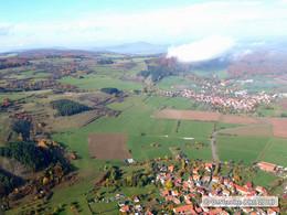 Schrägbildluftaufnahme von Friedelshausen und Hümpfershausen mit dem Glasberg-Spielberg-Komplex und der Hümpfershäuser Hut (KG4)