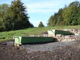 Im Rahmen der Wiederherstellung wurden die Becken einer anderen Tränke aus einem Feuchtgebiet ins Trockene verlegt. Dank Schiebertechnik wird auch das Feuchtgebiet ausreichend mit Wasser versorgt (Foto: J. Gombert)