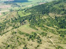 Ansicht Südhang Hohe Geba mit Steinbruch am Neidhardskopf und Weinberg (rechts) (Foto: D. Stremke, 2008)