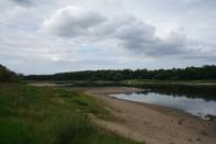 Ein Elbeabschnitt mit sandigem Ufer ist auf dem Bild zu sehen.