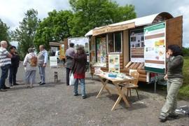 Das Forstamt Kaltenordheim hat ein ansprechendes Infomobil, mit einem ausgestopften Uhu, verschiedenen Holzarten zum Kennenlernen und zahlreichen Informatioen zum Thema Wald und Holz